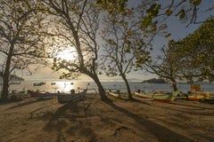 传统渔夫小船和风景视图 免版税库存照片