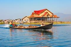 传统渔夫高跷安置Inle湖的,缅甸村庄 库存图片