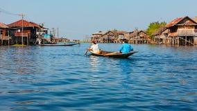 传统渔夫高跷安置Inle湖的,缅甸村庄 免版税图库摄影