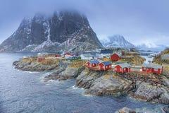 传统渔小屋村庄在Hamnoy在早期的春天在Lofoten海岛,挪威 库存图片