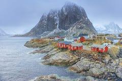 传统渔小屋村庄在Hamnoy在早期的春天在Lofoten海岛 免版税库存照片