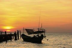 传统渔船剪影在日出,酸值荣isla的 免版税库存图片