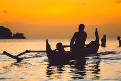 传统渔船剪影  免版税库存照片
