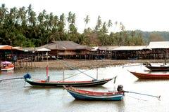 传统渔长尾的小船在酸值Phitak海岛 库存图片