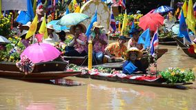 传统游行队伍乘小船借了在水路的蜡烛节日 股票录像
