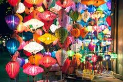 传统灯笼在晚上,会安市,越南购物 库存照片