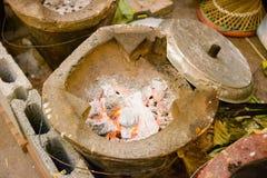 传统烹调的老黏土火炉在泰国 免版税库存照片