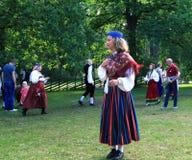 传统爱沙尼亚语衣裳的女孩 免版税库存照片