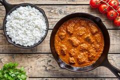 传统牛肉马都拉斯咖喱印地安辣羊羔食物用在生铁平底锅的米 库存照片