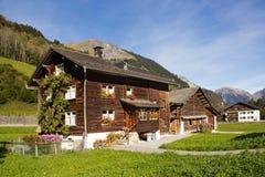 传统瑞士山中的牧人小屋在阿尔卑斯地区 库存图片