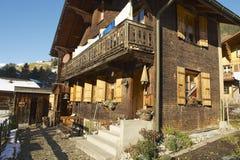 传统瑞士瑞士山中的牧人小屋的外部在Rougemont,瑞士 图库摄影