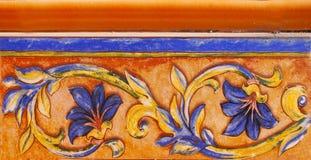 传统瓦片的细节从老房子门面的  装饰瓦片 瓦伦西亚语传统瓦片 花饰 色彩强烈, 图库摄影