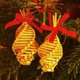 传统由干燥秸杆做的圣诞节装饰 与小柔和的光的圣诞树 免版税库存照片