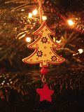 传统由干燥轻的木头做的圣诞节装饰 与小柔和的光的圣诞树 免版税库存照片