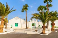 传统白色房子和棕榈树 免版税图库摄影