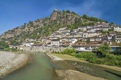 传统白色无背长椅房子在培拉特老镇,阿尔巴尼亚 库存照片