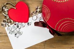 传统的礼物盒 红色心脏、金刚石和卡片 免版税库存照片