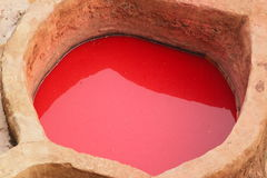 传统皮革厂在菲斯在摩洛哥-红色洗染 库存照片