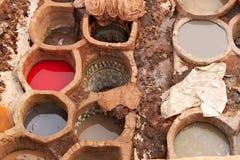 传统皮革厂在菲斯在摩洛哥 免版税库存图片