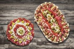 传统满盘老破裂的片状木表面上的开胃菜美味盘Meze 免版税库存照片