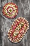 传统满盘老破裂的片状木表面上的开胃菜美味盘Meze 免版税库存图片