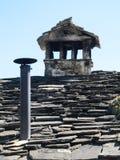 传统石屋顶房子在意大利乡下 免版税库存照片