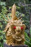 传统石雕塑在庭院里 海岛巴厘岛, Ubud,印度尼西亚 免版税库存照片