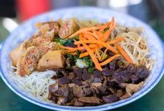 传统碗越南小圆面包细面条米棍子沙拉 免版税库存照片