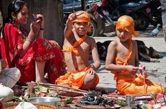 传统礼服的孩子在Durbar Sqaure在加德满都 免版税库存照片