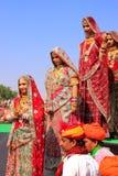 传统礼服的少妇参与在沙漠节日的, 免版税库存图片