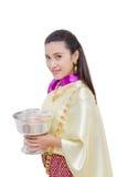传统礼服的美丽的泰国妇女 免版税库存图片