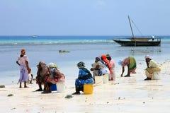 传统礼服的非洲妇女在海滩 免版税图库摄影