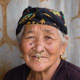 传统礼服的画象老妇人在街道加德满都,尼泊尔 免版税图库摄影