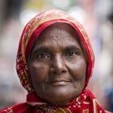 传统礼服的画象老妇人在街道加德满都,尼泊尔 库存照片