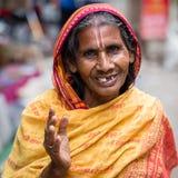 传统礼服的画象老妇人在街道加德满都,尼泊尔 库存图片