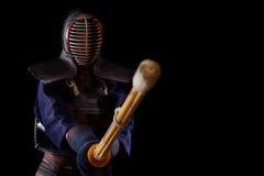 传统礼服的Kendo战士在黑背景 库存照片