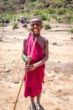 传统礼服的Maasai未认出的孩子微笑充满幸福 库存照片