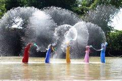 传统礼服的Vietnames妇女 免版税图库摄影