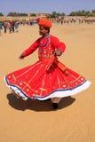 传统礼服跳舞的印地安人在沙漠节日,贾伊斯 图库摄影