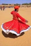 传统礼服跳舞的印地安人在沙漠节日,贾伊斯 免版税库存图片