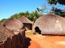 传统祖鲁族人秸杆小屋rondavels 非洲著名kanonkop山临近美丽如画的南春天葡萄园 图库摄影