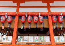 传统神道的信徒的建筑学和红色灯笼在Fushimi 免版税库存图片
