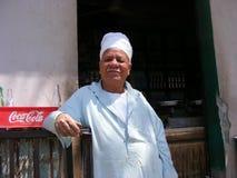 传统穿戴礼服的供营商在河尼罗开罗附近的国家边 免版税库存照片