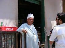 传统穿戴礼服的供营商在河尼罗开罗附近的国家边 库存照片