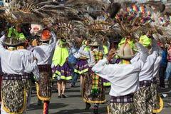 传统穿戴跳舞的土产人在街道 库存照片