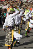 传统穿戴跳舞的土产人在街道 免版税库存照片