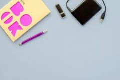 传统笔记本和流动数据载波在浅兰的背景 免版税库存照片