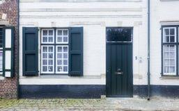传统建筑学住房和被修补的街道布鲁日,贝耳 免版税库存照片