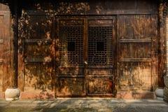 传统建筑的遮荫被装饰的门在晴朗的下午的 免版税库存照片