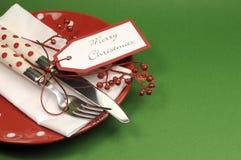 传统红色和绿色圣诞快乐晚餐或午餐桌餐位餐具 库存图片